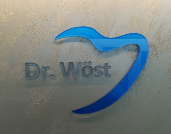 3D Acryl Logo Dr.WÖST (8mm transparent) geklebt