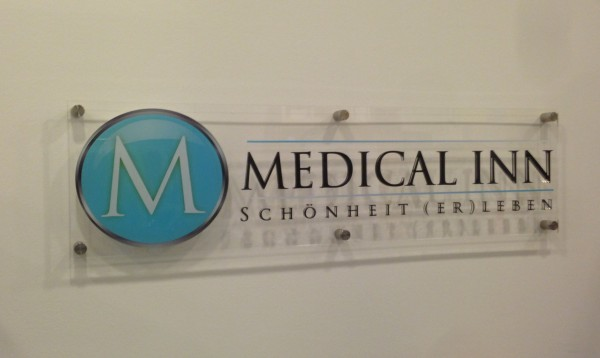 3D Acryl Schild Medical Inn (8mm transparent) Abstandshaltern Grundplatte