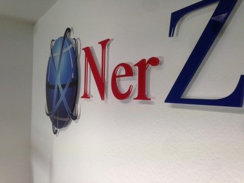3D Acryl Logo NerZ (8mm GS transparent - 4c foliert) Abstandshalter